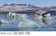 Купить «Floating icebergs in the glacial lake Jokulsarlon, Iceland», видеоролик № 28068196, снято 6 октября 2017 г. (c) Алексей Кузнецов / Фотобанк Лори