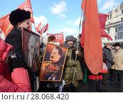 Купить «Пожилые люди с красными флагами и портретами Ленина и Сталина на митинге КПРФ в честь столетия Советской Армии. Москва», эксклюзивное фото № 28068420, снято 23 февраля 2018 г. (c) lana1501 / Фотобанк Лори