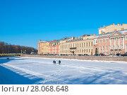 Купить «Люди гуляют по льду реки Фонтанки. Санкт-Петербург», фото № 28068648, снято 24 февраля 2018 г. (c) Румянцева Наталия / Фотобанк Лори
