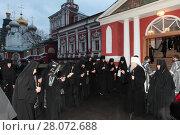 Купить «Монахини Новодевичьего монастыря провожают митрополита Ювеналия 2017 год», эксклюзивное фото № 28072688, снято 13 апреля 2017 г. (c) Дмитрий Неумоин / Фотобанк Лори