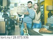 Купить «Girl with boyfriend in search of lampshade», фото № 28073936, снято 9 ноября 2017 г. (c) Яков Филимонов / Фотобанк Лори