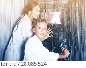 Купить «Mother with childred are helping dad and girl get out of the locked door», фото № 28085524, снято 3 августа 2017 г. (c) Яков Филимонов / Фотобанк Лори