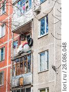 Купить «Фрагмент фасада пятиэтажного блочно-панельного жилого дома серии 1605-АМЛ/5 в Давыдково, Давыдковская улица, 2к7», эксклюзивное фото № 28086048, снято 7 апреля 2015 г. (c) Алёшина Оксана / Фотобанк Лори