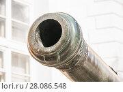 Купить «Орудийный ствол старинной пушки в Московском Кремле. Фрагмент», фото № 28086548, снято 26 сентября 2015 г. (c) Алёшина Оксана / Фотобанк Лори