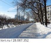 Купить «Неочищенный от снега тротуар на Зелёном проспекте. Район Новогиреево. Город Москва», эксклюзивное фото № 28087352, снято 14 февраля 2018 г. (c) lana1501 / Фотобанк Лори