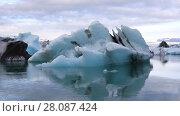 Купить «Amazing view of floating icebergs in the glacial lake Jokulsarlon at sunset, Iceland», видеоролик № 28087424, снято 5 ноября 2017 г. (c) Алексей Кузнецов / Фотобанк Лори