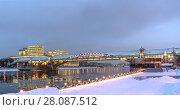 Купить «Москва, Пушкинский (Андреевский) пешеходный мост зимним вечером, ночная подсветка», эксклюзивное фото № 28087512, снято 18 февраля 2018 г. (c) Виктор Тараканов / Фотобанк Лори