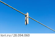 Купить «Old wooden clothespin on the rope against the blue sky», фото № 28094060, снято 14 августа 2017 г. (c) FotograFF / Фотобанк Лори