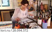 Купить «Middle age woman painting with watercolors in art studio», видеоролик № 28094372, снято 23 января 2016 г. (c) Алексей Кузнецов / Фотобанк Лори