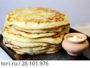 Купить «Еда. Аппетитные испеченные толстые дрожжевые блины лежат стопкой на тарелке на столе», фото № 28101976, снято 18 февраля 2018 г. (c) Светлана Евграфова / Фотобанк Лори