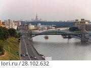 Купить «Bogdan Khmelnitsky bridge, river, ships and quay at summer day in Moscow», фото № 28102632, снято 1 августа 2014 г. (c) Losevsky Pavel / Фотобанк Лори