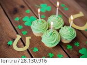 Купить «green cupcakes, horseshoes and shamrock», фото № 28130916, снято 31 января 2018 г. (c) Syda Productions / Фотобанк Лори