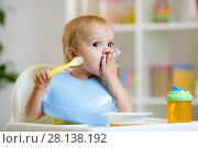 Купить «Happy baby boy spoon eats itself», фото № 28138192, снято 30 мая 2020 г. (c) Оксана Кузьмина / Фотобанк Лори
