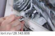 Купить «Напыление краски при помощи аэрографа, крупный план», видеоролик № 28143808, снято 4 марта 2018 г. (c) Кекяляйнен Андрей / Фотобанк Лори