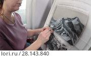 Купить «Девушка рисует аэрографом», видеоролик № 28143840, снято 4 марта 2018 г. (c) Кекяляйнен Андрей / Фотобанк Лори