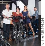 Купить «Employee helping family select bikes», фото № 28144024, снято 16 октября 2018 г. (c) Яков Филимонов / Фотобанк Лори