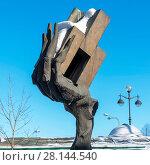 """Купить «""""Рука творца"""" - скульптура во дворе Государственного музея городской скульптуры. Санкт-Петербург», эксклюзивное фото № 28144540, снято 4 марта 2018 г. (c) Александр Щепин / Фотобанк Лори"""