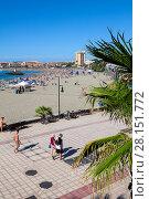 Городской пляж Playa de Las Vistas в городе Los Cristianos. Атлантический океан, остров Тенерифе, Канары, Испания (2016 год). Редакционное фото, фотограф Кекяляйнен Андрей / Фотобанк Лори