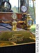 Купить «Форд модель Т (жестянка Лиззи), эмблема на капоте старинного легкового автомобиля», фото № 28151824, снято 5 августа 2017 г. (c) александр афанасьев / Фотобанк Лори
