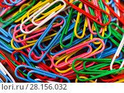 Купить «Цветные канцелярские скрепки», эксклюзивное фото № 28156032, снято 12 марта 2018 г. (c) Юрий Морозов / Фотобанк Лори