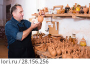 Купить «Master among the pottery», фото № 28156256, снято 12 октября 2016 г. (c) Яков Филимонов / Фотобанк Лори