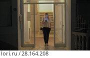 Купить «Woman is going to spend night out of home», видеоролик № 28164208, снято 28 февраля 2018 г. (c) Данил Руденко / Фотобанк Лори