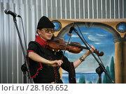Купить «Средневековый музыкант - скрипачка», фото № 28169652, снято 27 мая 2017 г. (c) Марина Шатерова / Фотобанк Лори