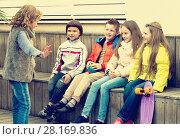 Купить «Little kid acting out phrase to friends», фото № 28169836, снято 23 апреля 2018 г. (c) Яков Филимонов / Фотобанк Лори