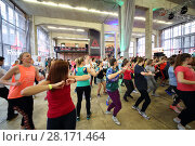 Купить «MOSCOW - APR 16, 2016: Women dance on fitness in DI Telegraph. Everyone will be able to exercise free of charge at Reebok sites in Moscow park», фото № 28171464, снято 16 апреля 2016 г. (c) Losevsky Pavel / Фотобанк Лори