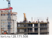 Купить «Cityscape with workers and incomplete building at construction», фото № 28171508, снято 4 апреля 2015 г. (c) Losevsky Pavel / Фотобанк Лори