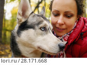 Купить «Woman and husky dog with blue eyes in autumn forest, closeup, shallow dof», фото № 28171668, снято 18 октября 2015 г. (c) Losevsky Pavel / Фотобанк Лори