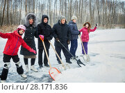 Купить «Three adults and three children going to clean outdoor skating rink surface from snow», фото № 28171836, снято 4 января 2016 г. (c) Losevsky Pavel / Фотобанк Лори