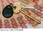 Купить «Покупка недвижимости. Ключи от квартиры лежат на пятитысячных банкнотах. Крупный план», эксклюзивное фото № 28179664, снято 5 марта 2018 г. (c) Игорь Низов / Фотобанк Лори