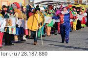 Купить «Пчел пошел с аршином измерять. Ярмарка в Заводоуковске», эксклюзивное фото № 28187880, снято 17 февраля 2018 г. (c) Анатолий Матвейчук / Фотобанк Лори
