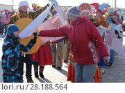 Купить «Игра в ручеек с рушниками. На весенней ярмарке в Заводоуковске», эксклюзивное фото № 28188564, снято 17 февраля 2018 г. (c) Анатолий Матвейчук / Фотобанк Лори