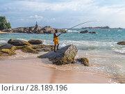 Купить «Рыбак на берегу Индийского океана. Амбалангода, Шри-Ланка», фото № 28189196, снято 10 февраля 2018 г. (c) Владимир Сергеев / Фотобанк Лори