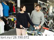 Купить «couple choosing sport bike», фото № 28190072, снято 8 января 2018 г. (c) Яков Филимонов / Фотобанк Лори