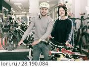 Купить «couple in helmet standing with cycle», фото № 28190084, снято 8 января 2018 г. (c) Яков Филимонов / Фотобанк Лори