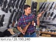 Купить «Male is choosing air-powered gun», фото № 28190240, снято 4 июля 2017 г. (c) Яков Филимонов / Фотобанк Лори