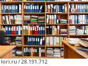 Купить «Полки с документами в офисном помещении», фото № 28191712, снято 2 марта 2018 г. (c) Кекяляйнен Андрей / Фотобанк Лори