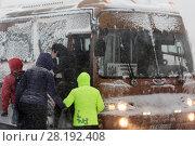 Купить «Пассажиры садятся в автобус во время метели», фото № 28192408, снято 26 декабря 2017 г. (c) А. А. Пирагис / Фотобанк Лори