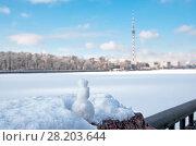 Маленький снеговик на парапете Выборгской набережной весной. Санкт-Петербург (2018 год). Стоковое фото, фотограф Румянцева Наталия / Фотобанк Лори