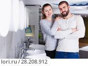 Купить «Young family couple choosing bathroom sink in store», фото № 28208912, снято 2 февраля 2018 г. (c) Яков Филимонов / Фотобанк Лори