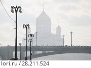 Купить «Patriarchal bridge, lanterns, Christ Savior Cathedral in fog in Moscow, Russia», фото № 28211524, снято 3 апреля 2016 г. (c) Losevsky Pavel / Фотобанк Лори