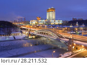 Купить «MOSCOW, RUSSIA - DEC 26, 2014: Building of Presidium of Russian Academy of Sciences, Bridge over Moskva River at evening in Moscow», фото № 28211532, снято 26 декабря 2014 г. (c) Losevsky Pavel / Фотобанк Лори