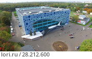 MOSCOW - SEP 22, 2015: People walk near entrance of Mosquarium the center of oceanography and sea biology in VDNH at autumn day. Aerial view videoframe. Редакционное фото, фотограф Losevsky Pavel / Фотобанк Лори