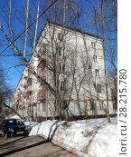 Купить «Пятиэтажный четырёхподъездный кирпичный жилой дом серии I-511 (1958). Улица Куусинена, 6 корпус 7. Хорошевский район. Москва», эксклюзивное фото № 28215780, снято 20 марта 2018 г. (c) lana1501 / Фотобанк Лори