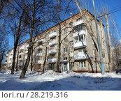 Купить «Пятиэтажный четырёхподъездный кирпичный жилой дом серии I-511, построен в 1958 году. Улица Куусинена, 6 корпус 5. Хорошевский район. Город Москва», эксклюзивное фото № 28219316, снято 20 марта 2018 г. (c) lana1501 / Фотобанк Лори