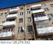 Купить «Пятиэтажный четырёхподъездный кирпичный жилой дом серии I-511, построен в 1958 году. Улица Куусинена, 6 корпус 5. Хорошевский район. Город Москва», эксклюзивное фото № 28219332, снято 20 марта 2018 г. (c) lana1501 / Фотобанк Лори