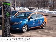 Купить «Автомобиль сервиса Belkacar стоящий на платной парковке у паркомата», фото № 28221724, снято 24 марта 2018 г. (c) Дмитрий Рыженков / Фотобанк Лори